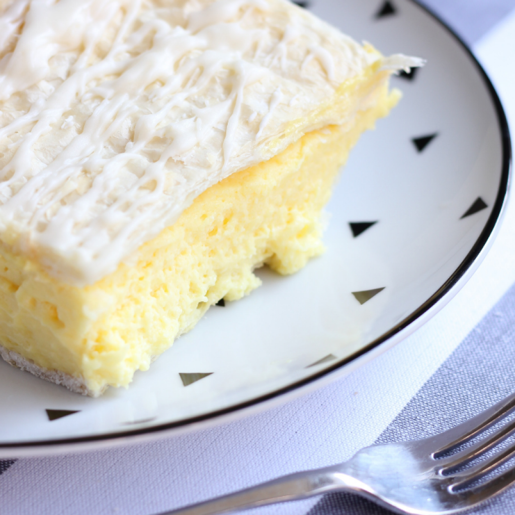 Vanilla slice is one of those classic bakery treats that we all grew up with.  It's still one of my favourite desserts!  Who can resist that creamy custard and flaky pastry, topped with a layer of sweet icing.