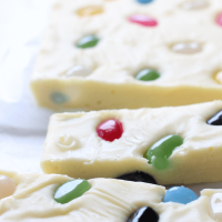 This jelly bean fudge is about to become your new favourite fudge recipe. It's so quick and easy to make, requires only 4 ingredients and best of all it tastes delicious.